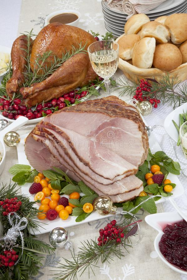 Le jambon rôti de Noël et la Turquie fumée photographie stock