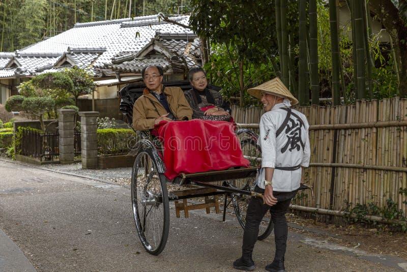 Le Japon, Arashiyama, 04/06/2017 Couples japonais dans un chariot photo libre de droits