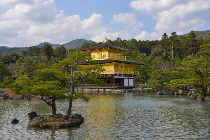 Le Japon voyage Kinkakuji pavillon en avril 2018 d'or photographie stock libre de droits