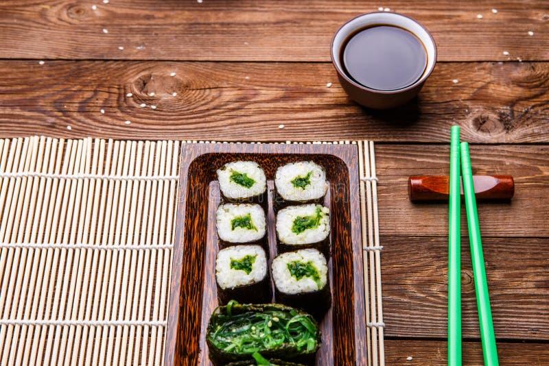Le Japonais roule sur la serviette en bambou image stock