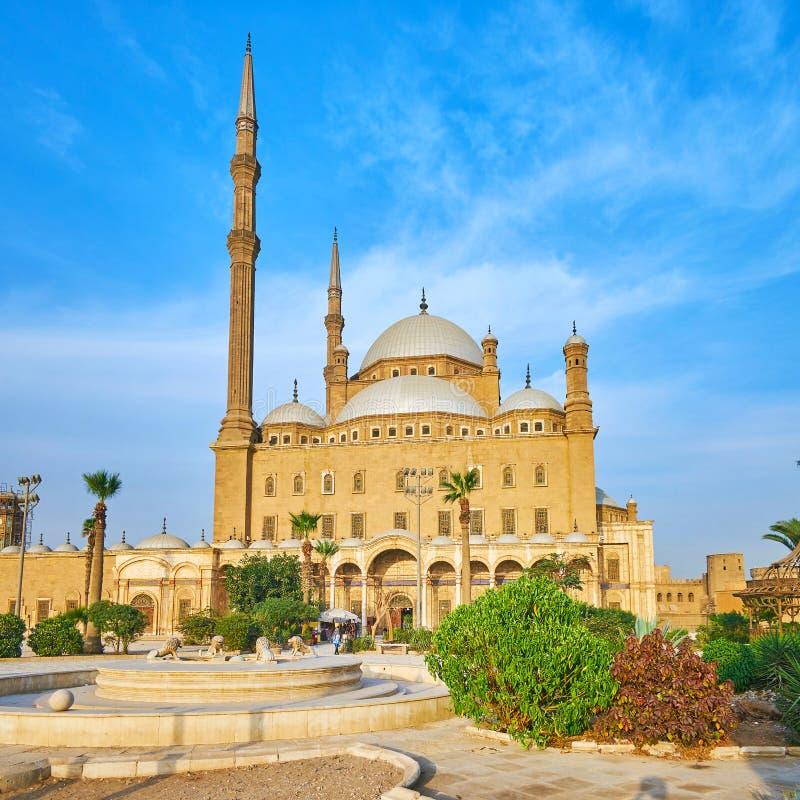 Le jardin avec la fontaine à la mosquée d'albâtre, le Caire, Egypte images stock