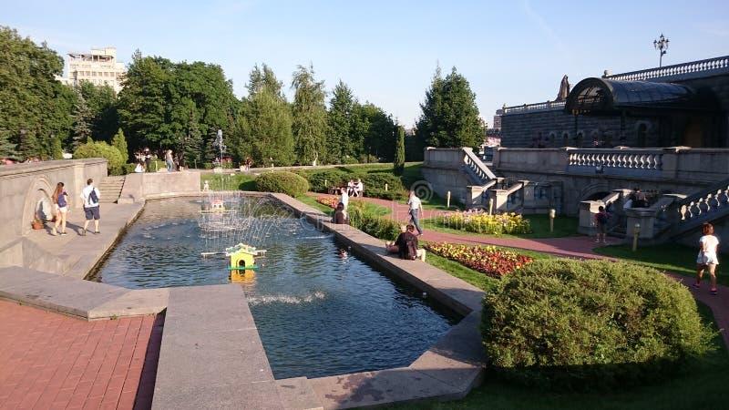 Le jardin de la cathédrale du Christ le sauveur à Moscou images stock