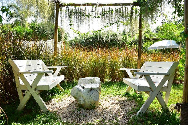 Le jardin et les chaises blanches photos libres de droits