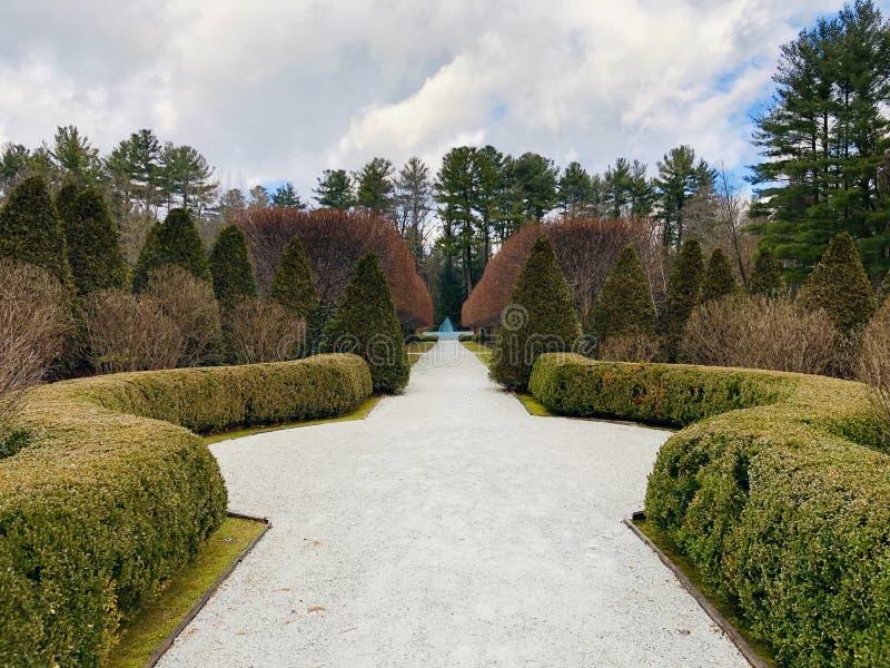 Le jardin tôt de ressort du bâti images libres de droits