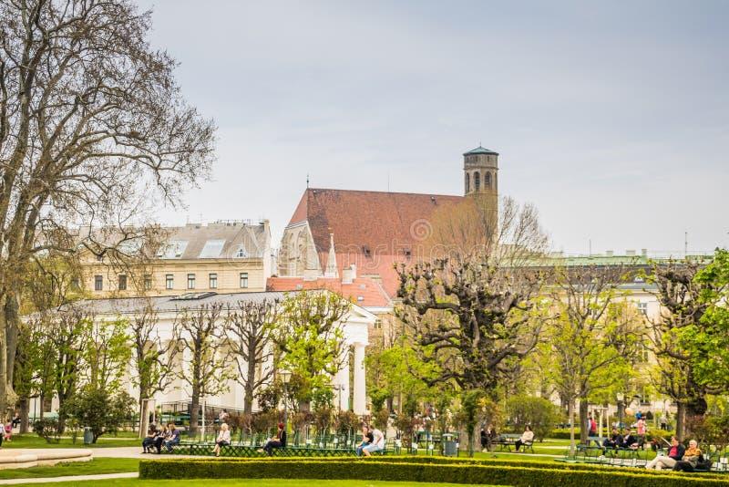 Le jardin Volksgarten du ` s de personnes au printemps à Vienne, Autriche image libre de droits