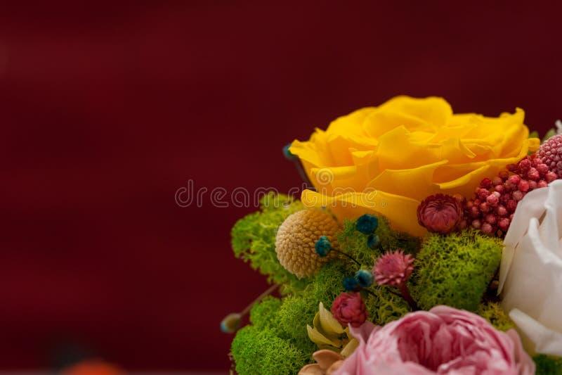 Le jaune a monté dans le bouquet rose avec l'hortensia photo libre de droits