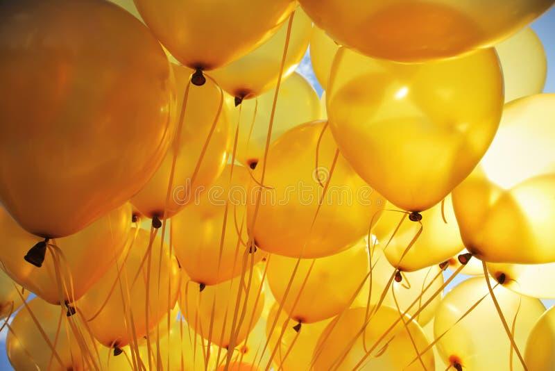Le jaune monte en ballon le fond photos libres de droits