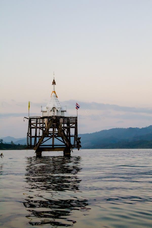 Le Jedi antique du temple de Sangkhaburi pendant le jour nuageux photographie stock