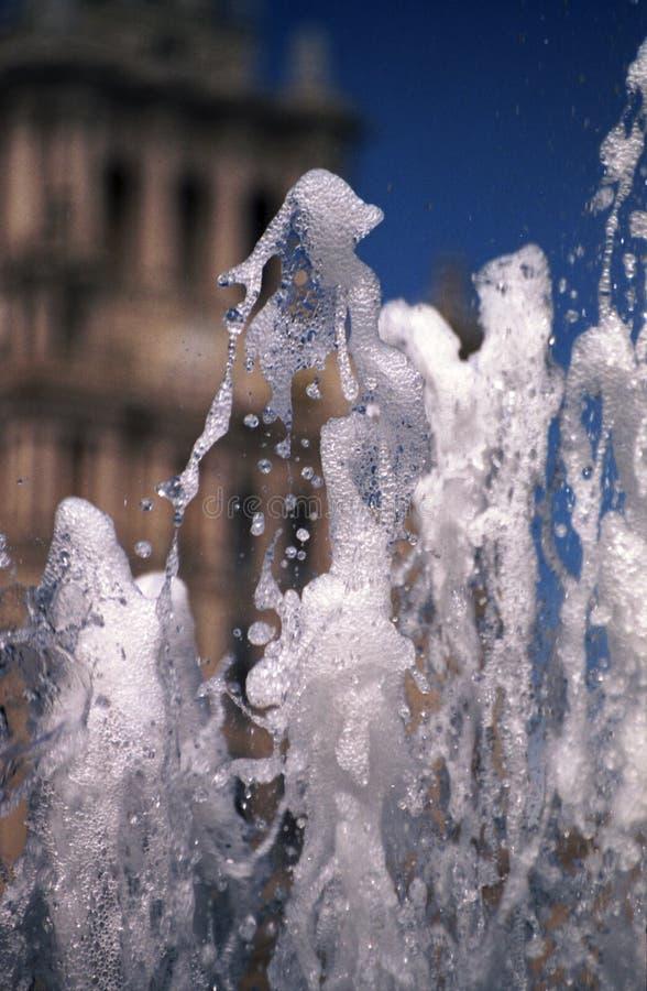 Le jet de l'eau d'une fontaine photo libre de droits
