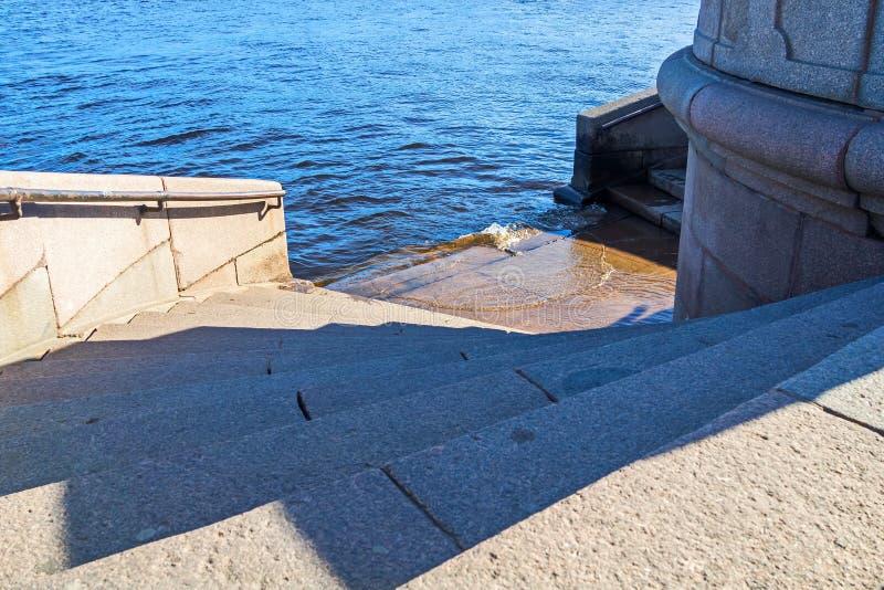 Le jet de la rivière de Neva image stock