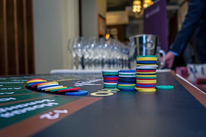 Le jeu ébrèche pour un casino de vin sur la table photographie stock libre de droits
