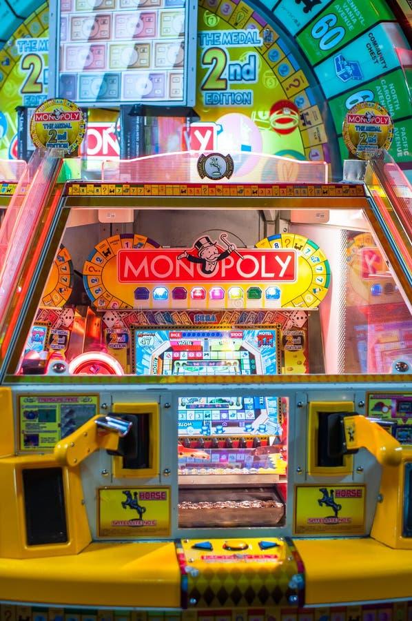 Le jeu électronique d'édition de poussoir de pièce de monnaie de monopole construit par la société japonaise de Sega, est basé su images libres de droits
