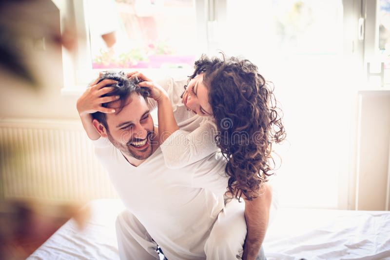 Le jeu avec la personne affectueuse au matin rendent votre jour heureux image libre de droits