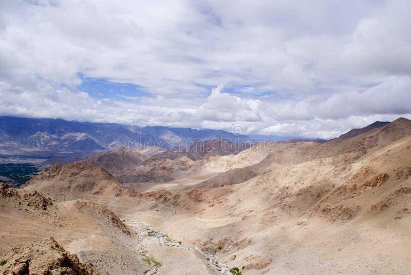 Le jeu de la lumière et de l'ombre sur la montagne complète parmi la gamme de l'Himalaya photo libre de droits