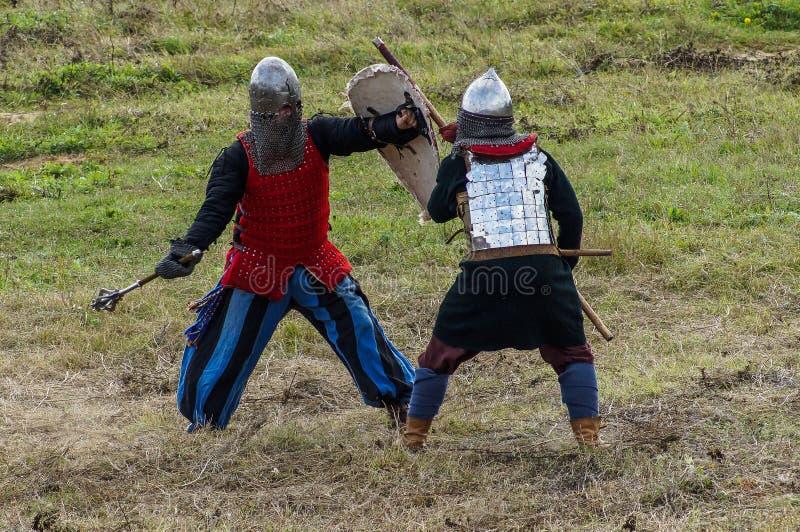 Le jeu de rôles recrée des batailles du joug de Mongole-Tatar dans la région de Kaluga de la Russie le 10 septembre 2016 images stock