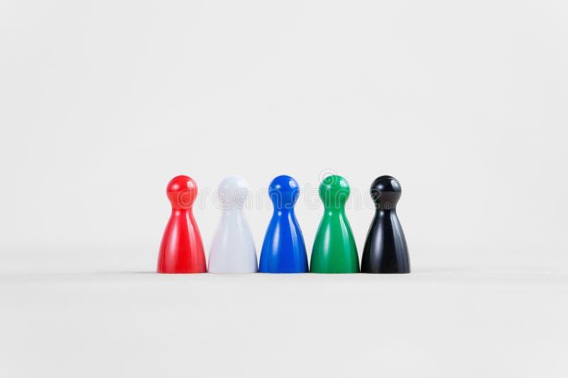 Le jeu de société coloré met en gage dans une rangée avec l'espace de copie photos stock