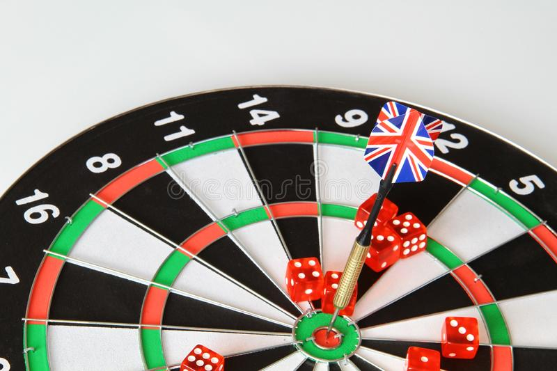 Le jeu des dards avec des dards des drapeaux de l'Angleterre, découpe photos libres de droits