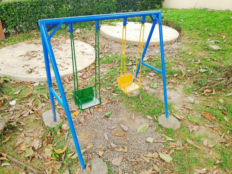 Le jeu des enfants extérieurs bleus photographie stock libre de droits
