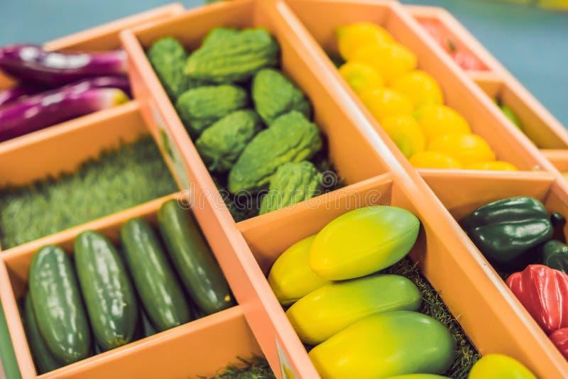 Le jeu en plastique, truquent les légumes et les fruits divers Jouet d'éducation de nourriture d'enfants photos stock