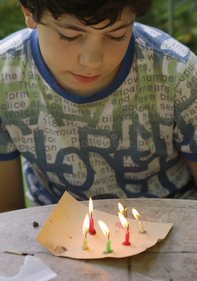 Le jeu malfaisant de garçon d'adolescent avec des bougies brûlent le feu photos stock