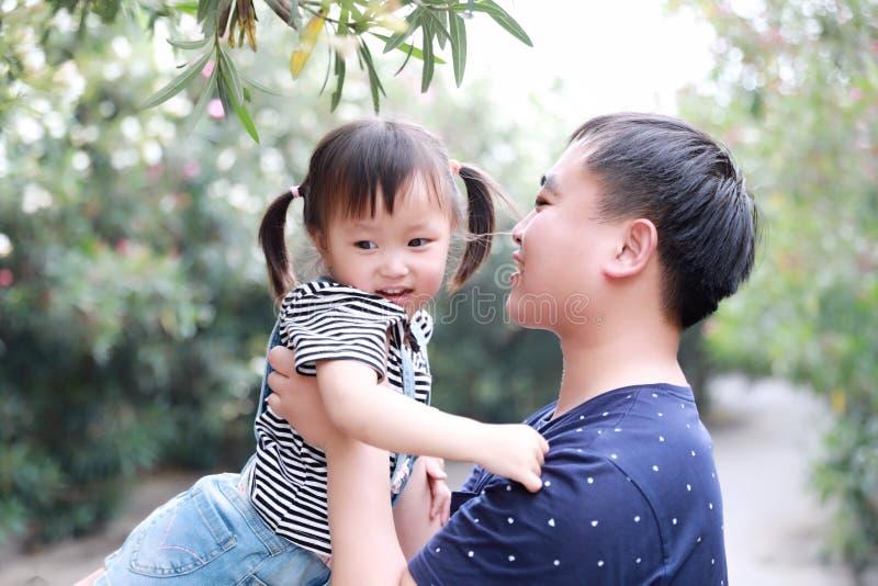 Le jeu parental de fille d'enfants d'amour de père de temps d'enfant de famille heureuse avec le rire de bébé d'étreinte d'étrein photos stock
