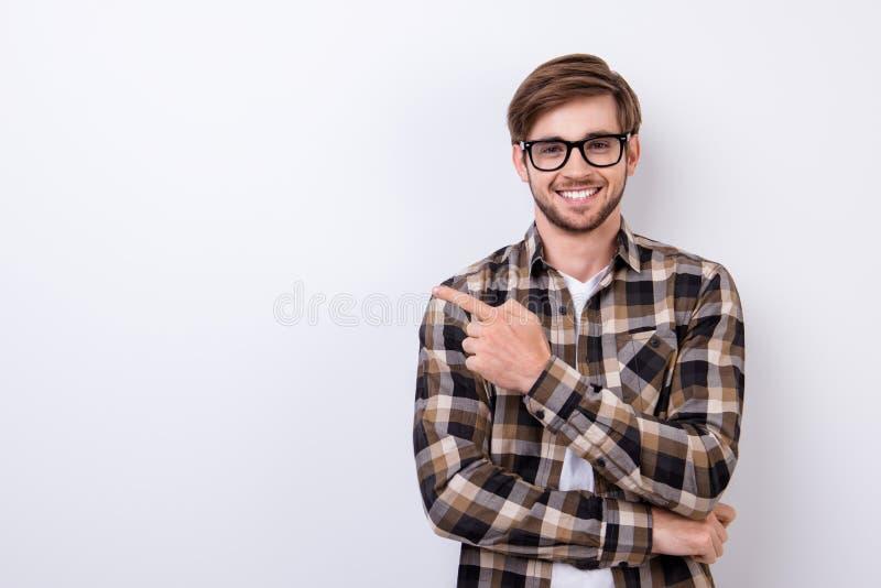 Le jeune étudiant élégant barbu ringard de sourire se tient sur pur photos libres de droits