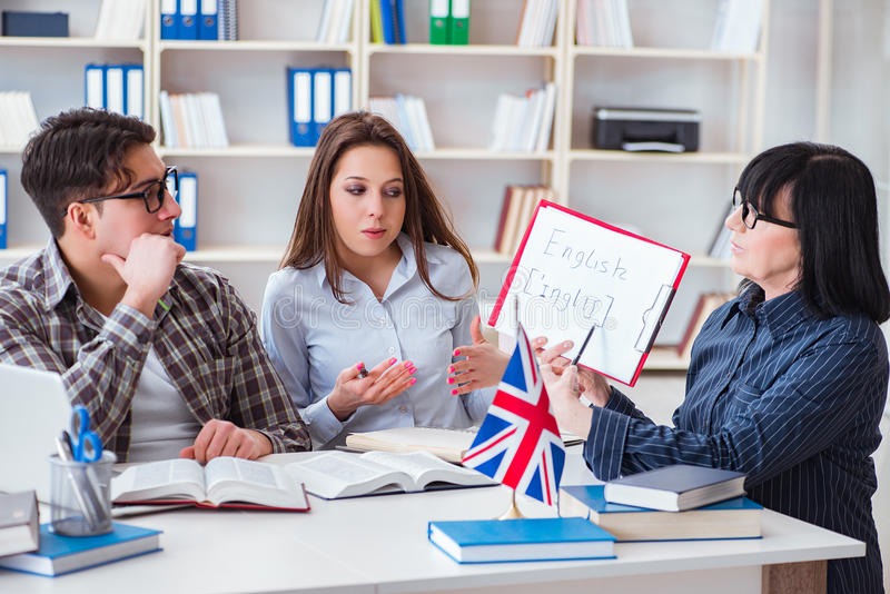 Le jeune étudiant étranger pendant la leçon d'anglais image stock