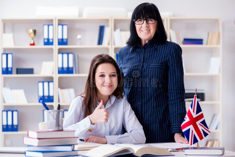 Le jeune étudiant étranger pendant la leçon d'anglais photo stock