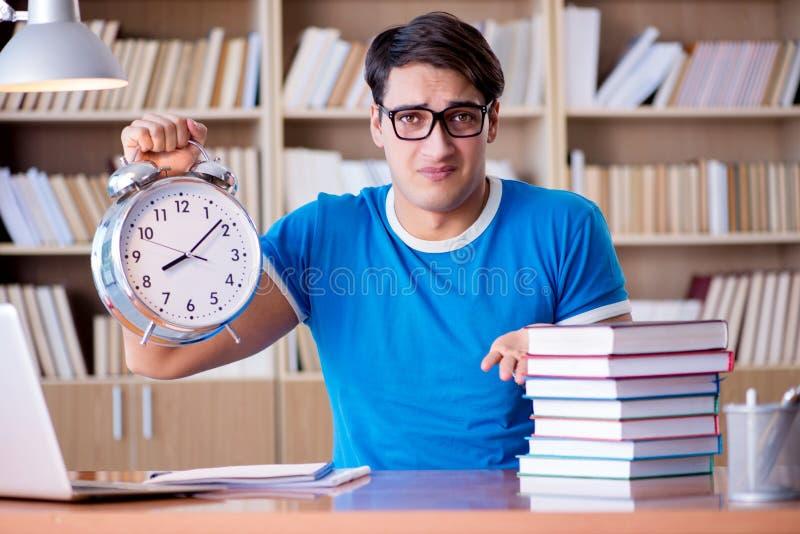 Le jeune étudiant se préparant tard à ses examens photographie stock libre de droits