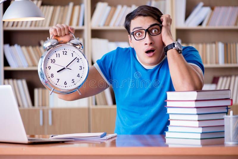Le jeune étudiant se préparant tard à ses examens photographie stock
