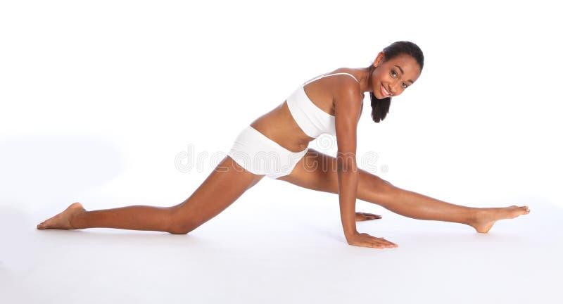 Le jeune amusement africain sportif de femme folâtre l'exercice photos libres de droits