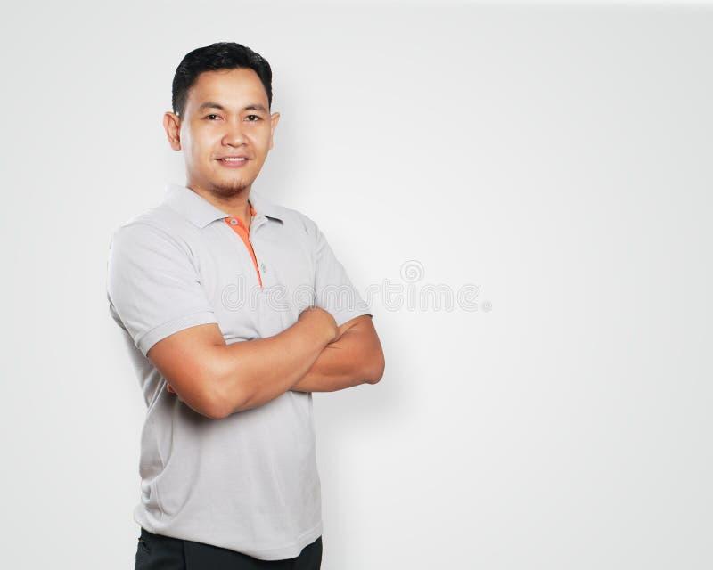 Le jeune Asiatique Guy Smiling Confident With Arm a croisé photos libres de droits