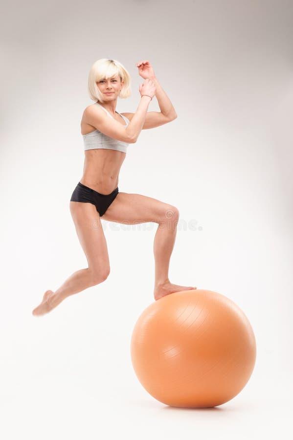 Le jeune athlète fait une séance d'entraînement avec la boule image libre de droits