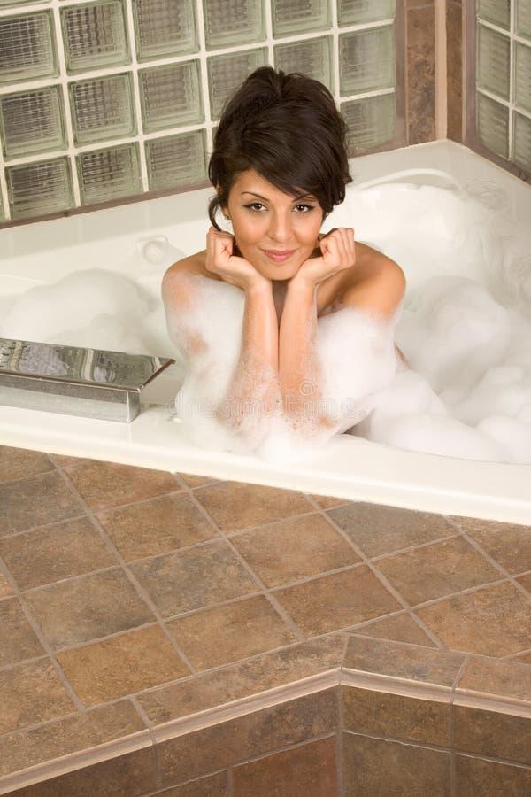 Le jeune attrayant gorge la femme prenant le bain de bulle images stock