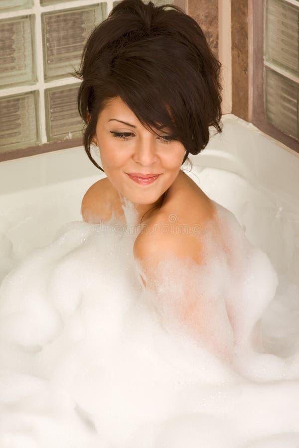 Le jeune attrayant gorge le femme prenant le bain photo stock