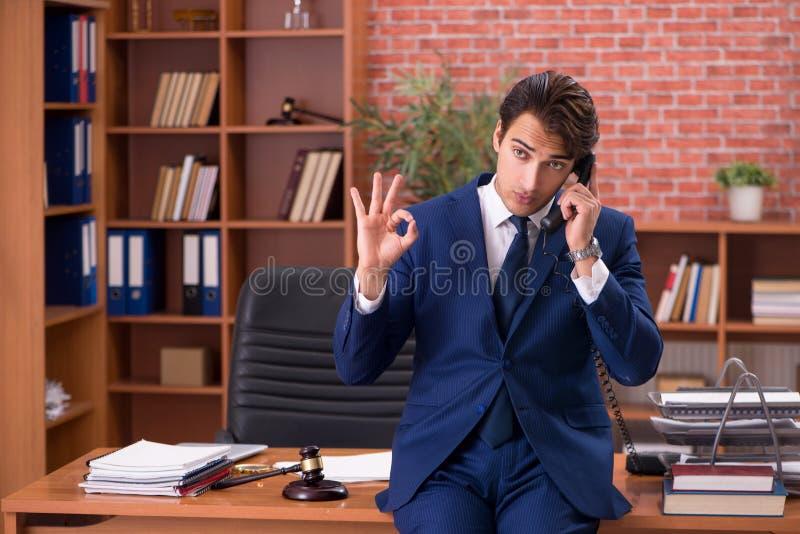 Le jeune avocat bel travaillant dans son bureau photos stock