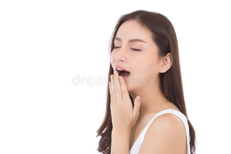 Le jeune bâillement asiatique de femme de beau portrait veulent le repos avec somnolent sur le fond blanc images libres de droits