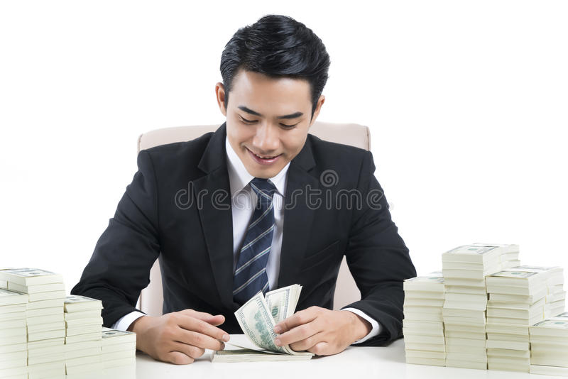 Le jeune banquier masculin compte des billets de banque sur le fond blanc photos libres de droits