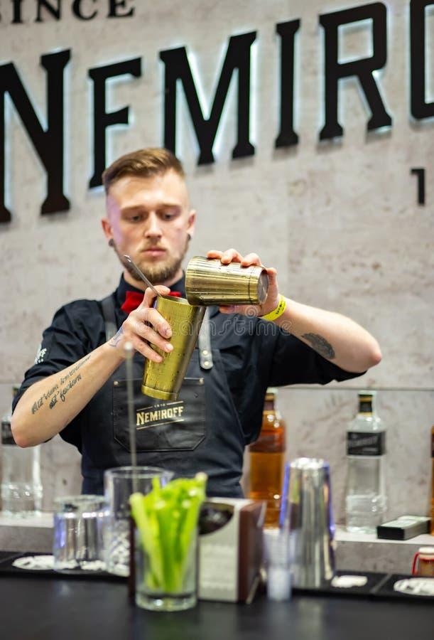 Le jeune barman prépare le cocktail de Bloody Mary photos stock