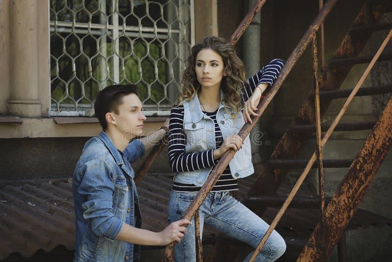 Le jeune beau couple de mode utilisant des jeans vêtx en journée images libres de droits