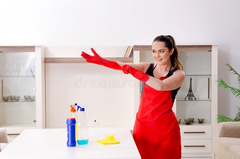 Le jeune bel appartement de nettoyage de femme photo libre de droits