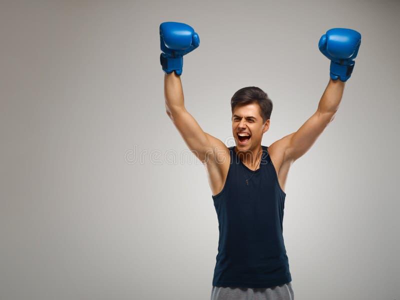 Le jeune boxeur célèbrent la victoire Réussite photo libre de droits
