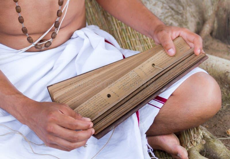 Le jeune brahmin lit le scripture photos libres de droits