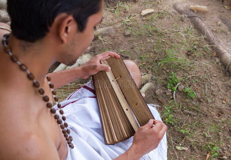 Le jeune brahmin lit le scripture photo stock