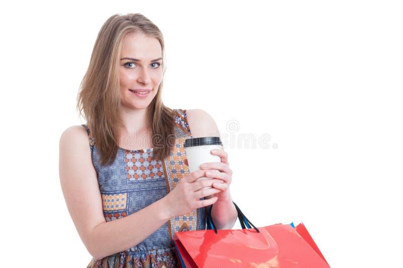 Le jeune client attirant tenant des paniers et emportent le cof image stock