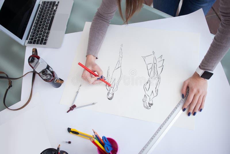 Le jeune concepteur gai travaille sur son projet photographie stock libre de droits