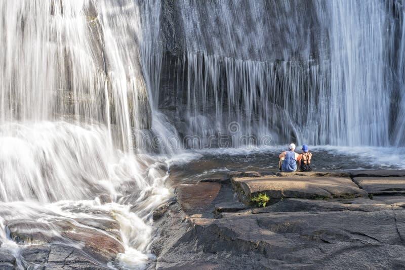 Le jeune couple appréciant la haute tombe à la forêt d'état de Dupont photographie stock libre de droits