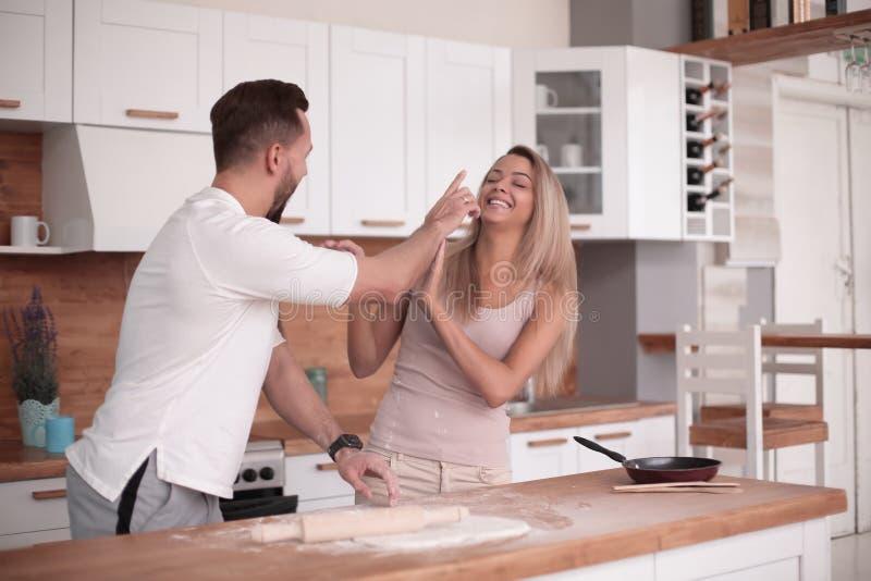 Le jeune couple communique dans la cuisine à la maison photo libre de droits