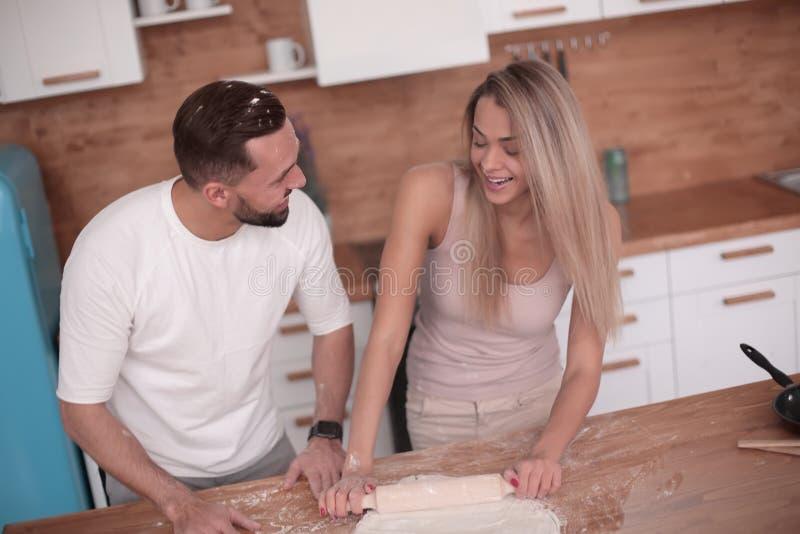 Le jeune couple communique dans la cuisine à la maison photo stock