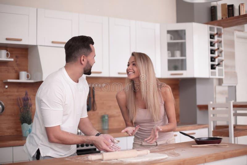 Le jeune couple communique dans la cuisine à la maison images libres de droits